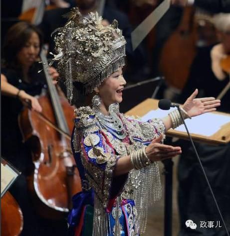 2月1日,宋祖英出现在了美国纽约林肯中心,参演纽约爱乐乐团第三届中国新年音乐会。据媒体报道,宋祖英身着苗族盛装,当晚为纽约听众演唱了《小背篓》、《苗岭飞歌》和《大地飞歌》三首经典唱段。