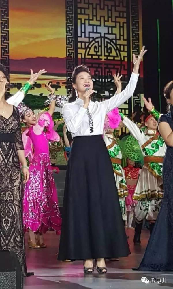 """3月20日,中国文联、中国音协等单位在在郑州国际陆港联合主办放歌""""一带一路""""慰问演出,宋祖英演唱了《送你一朵东方茉莉》、《爱我中华》。"""