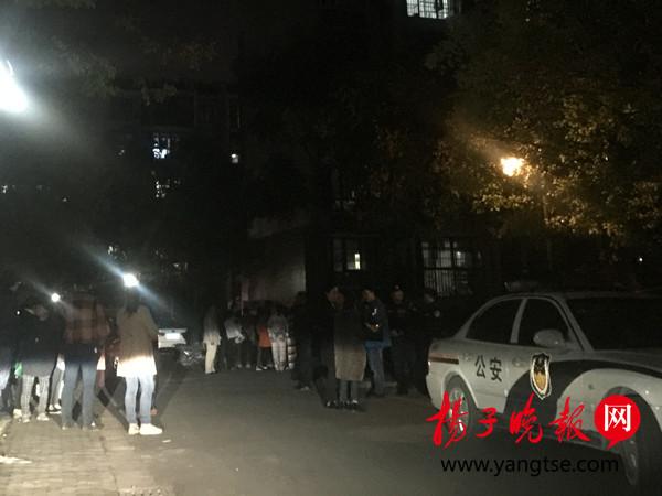 扬子晚报网11月3日讯(记者范木晓子)11月3日下午,盐城市亭湖区境内发生一起凶杀案,一名外地男子尾随一对母女入室,持刀杀害年仅7岁的女孩。目前,受伤的女孩被送往医院后不治身亡,杀人凶手被警方控制。