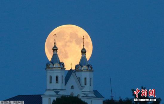 """""""超等玉轮""""是指月牙或满月时代,月球与地球间间隔较平时为近,肉眼能看到的最大最圆的玉轮。"""