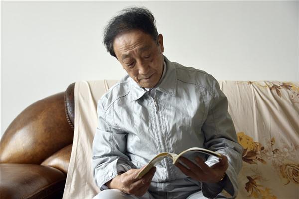 今年已80岁高龄的黄联云,是四川泸州叙永县第一中学的一名退休教师。退休前,黄联云在学校担任团委书记,那时学校经常组织开展学雷锋活动,在物质上、精神上帮助他人,退休后,他觉得应该把这件事延续下去,因为这是他认为最有意义的事。
