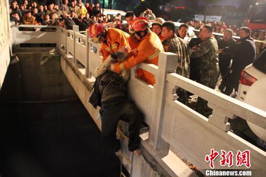 男子被救起后送往医院。 李俊玲 摄