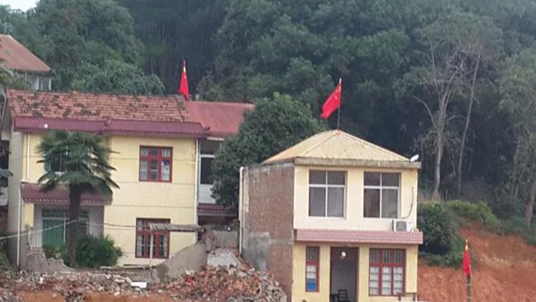 杨安安佳耦家两栋小楼远景,围墙已于10月上旬被推倒。