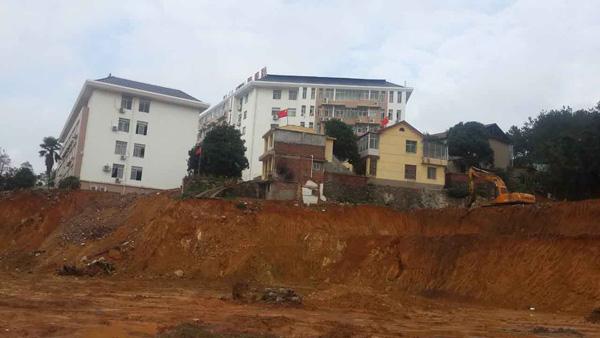 两栋黄色的楼即为杨吴佳耦家,左近已全副拆光,挖土机就停在门外。