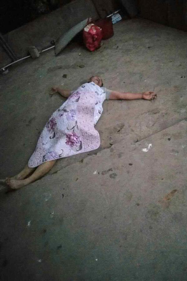 10月22日早晨,被抬还俗的杨安安躺在地上,身上盖着善意路人拿来的被子。