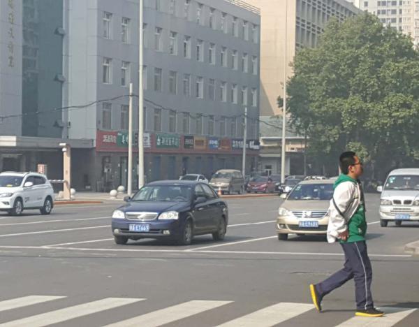 11月4日午时,西安东二环咸宁立交桥十字路口处,一辆尾号为9的私人车正在等红灯。