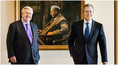 赫斯特集团的前任与现任首席执行官在赫斯特画像前合影。