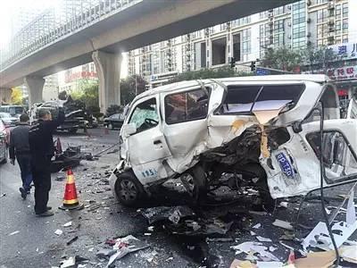 车祸现场,侧翻的面包车被救援车辆拖走。