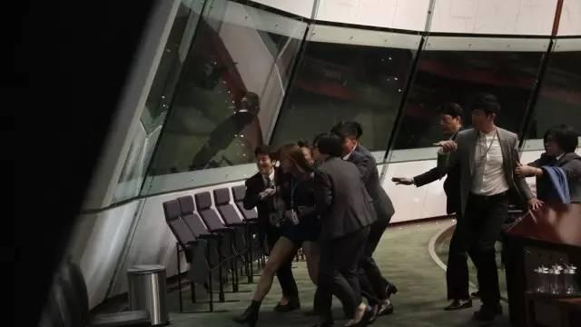 """香港立法会主席梁君彦示意,游梁两人当日的宣誓有效,重申两人宣誓要押后直至法庭有决议,若法庭本周有判决,置信事情可简单处置。一起,对准游梁二人硬闯立法会事情,梁君彦示意,激烈斥责暴力举动。他翻查录影片断,见游梁等共10多人分乘两部起落机,高叫""""一二三冲""""后立刻打击,描述是有安排暴力步履。他指游梁屡次惹起次序成绩,罔顾他人平安,因为其时状况失控,故需要秘书处报警,指望警方严峻处理。"""