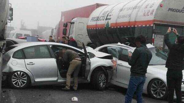 上海申嘉湖高速因迷雾致多车追尾 槽罐车侧翻致2死
