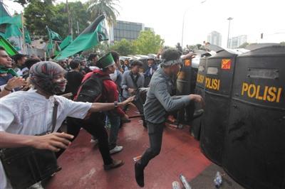印尼13万人示威抗议华裔省长 与警方爆发冲突