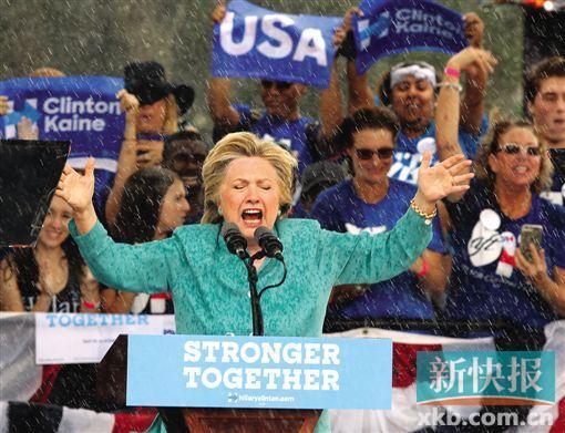 """5日,希拉里在关键""""摇摆州""""佛罗里达州拉票,却遭遇大雨浇身十分狼狈。CFP供图"""