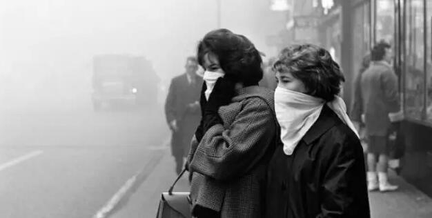 美国洛杉矶也曾受雾霾之困。洛杉矶于1975年通过立法实现了所有汽车都安装尾气净化器,这在治理当地雾霾上是一关键性的技术举措。实践证明,这项举措得到了很好的效果。