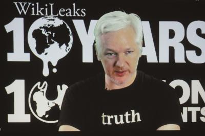 """10月4日,""""维基解密""""创始人阿桑奇从厄瓜多尔驻伦敦大使馆,通过视频出席维基解密10周年新闻发布会。图/东方IC"""