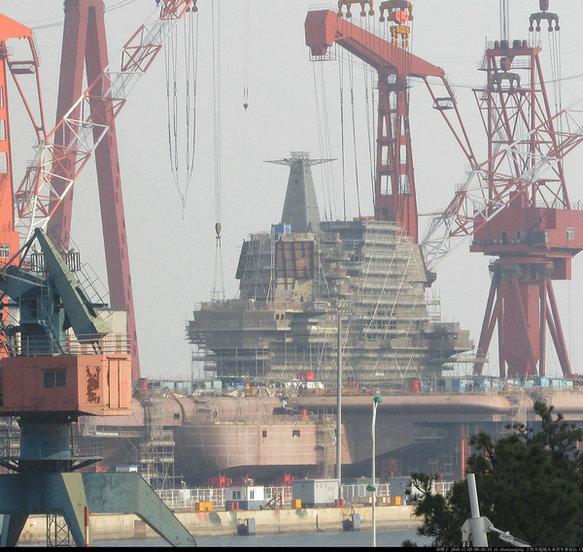 网上曝光了中国首艘国产航母最新建造进展.-国产航母舰岛桅杆已安