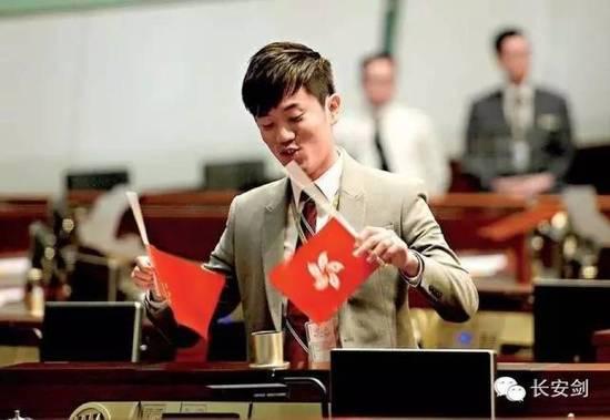 """图:""""港独""""议员郑松泰故意把国旗倒转。"""