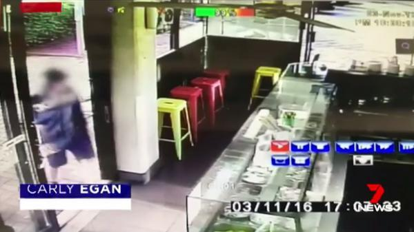 他在店里转了一下后径直走向了胡老板的妻子,她当时就站在柜台里等着男子点单。