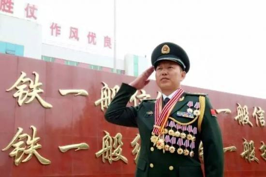 入伍25年,王刚从普通战士成为特战队员,从特勤中队中队长、大队长成为机动支队支队长,经历了多次你死我活的战斗。