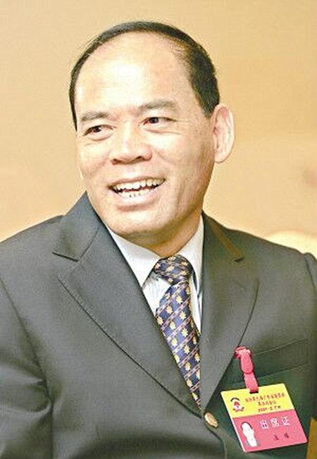 1950年,庄耀出身于广东省普宁市,曾是原海南牙叉农场知青。青年时期,他就读于中山大学经济系。
