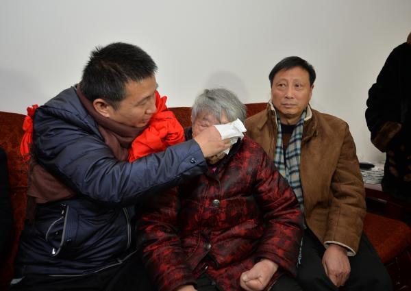 2016年2月2日,四川省德阳市绵竹市,陈满给母亲擦眼泪。1日,因杀人被判入狱23年的陈满无罪释放。 视觉中国 资料图
