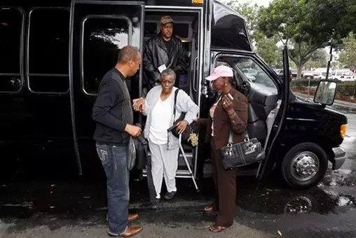 洛杉矶一位盲人选民在他人的帮助下提前投票。