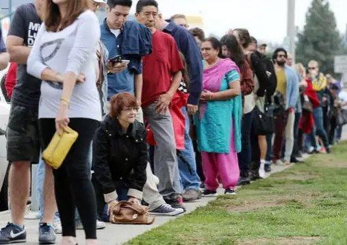 洛杉矶排长队等待提前投票的民众。
