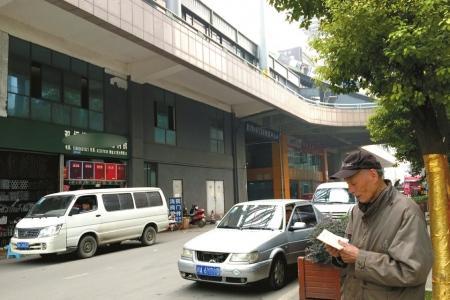 84岁的田大爷找到公司的注册地址却是钢材市场。