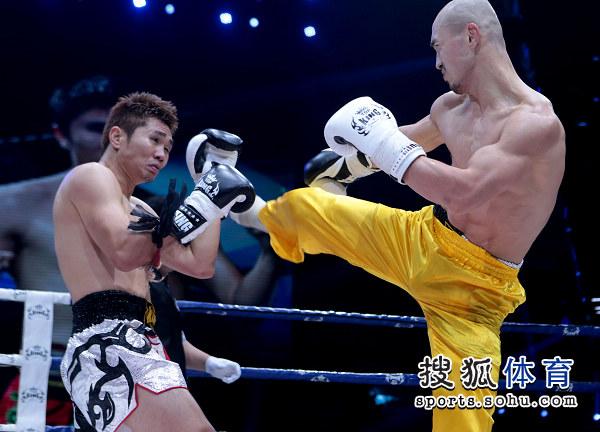 2012年12月,一龙击败泰国拳手桑猜