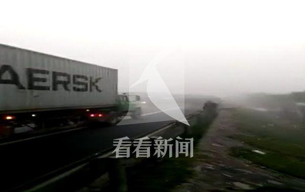 视频中,一辆红色槽罐车径直撞向前方已经停下来的车辆,接着,一辆红色槽罐车疾驶而来,撞向前方车辆,随后又冲下路基。