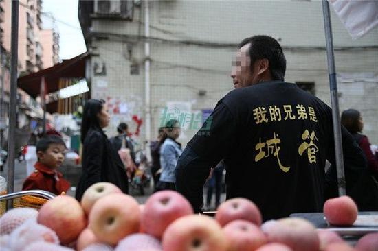 """重庆小贩""""举牌呐喊了解城管"""",策动听:做秀是为了正名"""