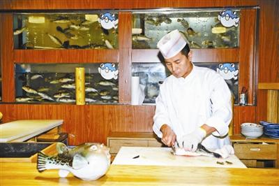 一家餐馆的厨师在宰杀河豚 拍照/本报记者 郝羿