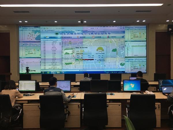 山东省环保厅办公楼17楼的监控大厅,监测中心、运维公司的工作人员每天都会在这里坐班,对传输数据进行审核,发现异常第一时间通知运维公司,核实情况。