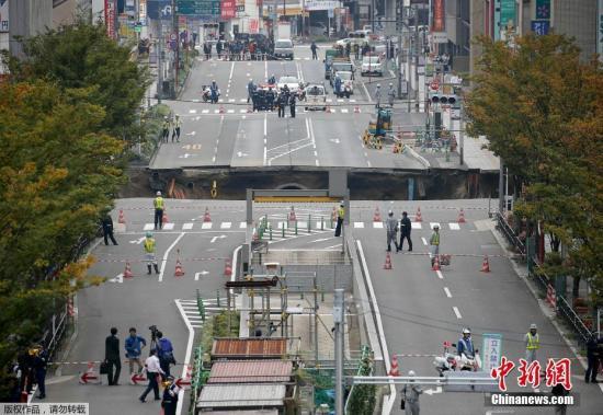 本地时刻2016年11月8日,日本福冈,JR博多站左近的十字路口公路突然陷落,呈现一个大坑,招致交通凌乱及停电。