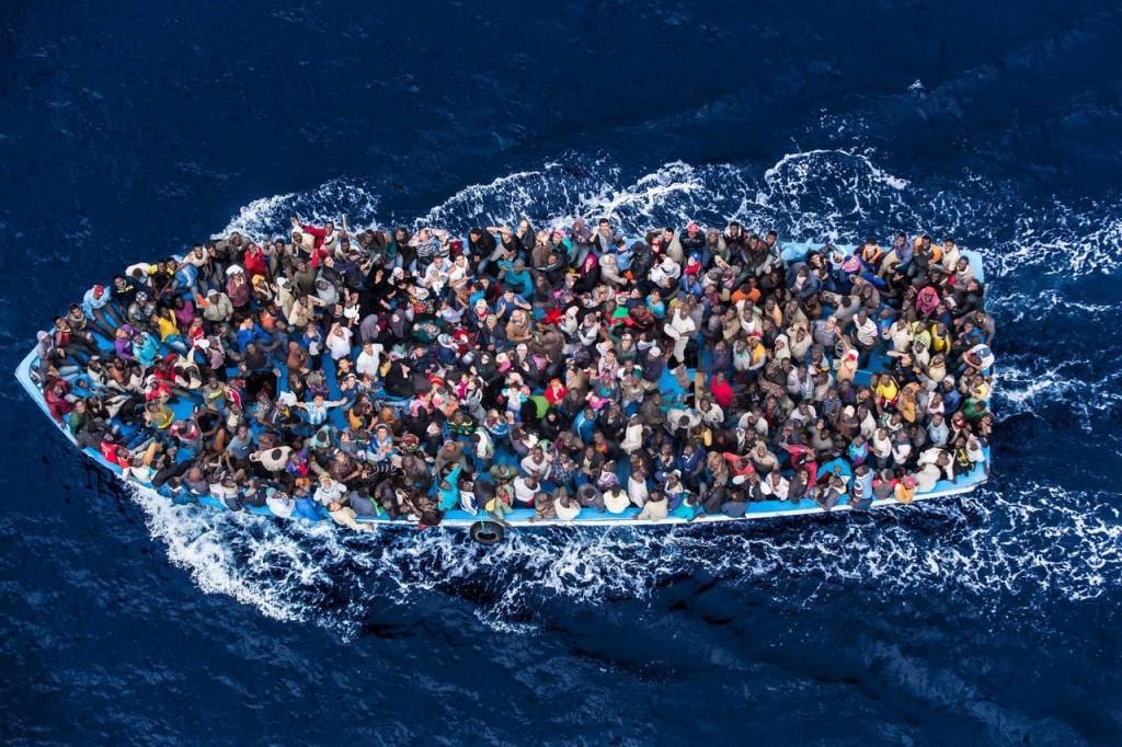 """地中海上一艘""""超载""""的难民船(资料图)"""