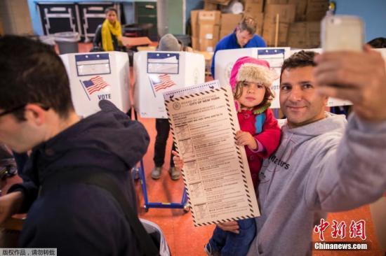 一名美国男子在投票现场