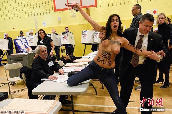 当地时间11月8日,两女子半裸现身美国纽约州的一个投票站,大声呼喊空号抗议特朗普遭警察逮捕,据悉,特朗普将在该投票站为自己投上一票。