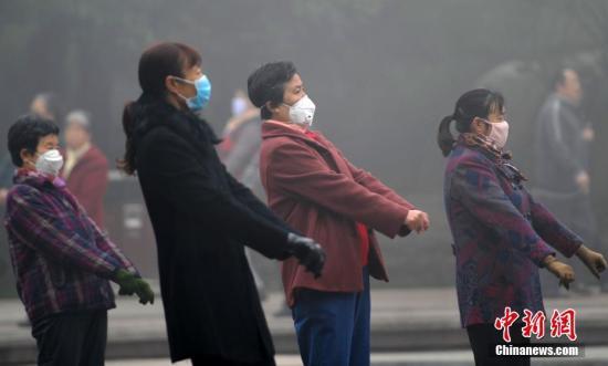 资料图:11月3日,河北石家庄一公园,戴口罩坚持锻炼的民众。中新社记者 翟羽佳 摄
