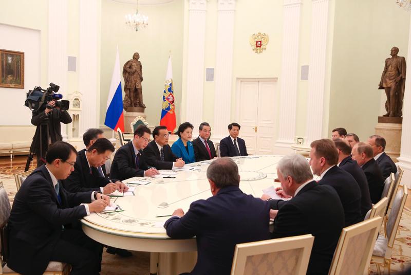普京表示,俄中两国元首、政府首脑交往密切,双方政府间合作机制运行顺畅。此次两国总理成功举行定期会晤,促进了双方务实合作的发展。当前俄中贸易企稳向好,在机电设备、农产品进出口等领域合作良好,能源领域合作积极发展,航空航天领域合作前景广阔。俄方愿同中方继续扩大双向投资,加强高铁、金融等领域合作,推动两国关系与合作不断深化。