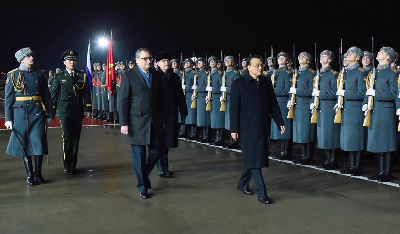 当地时间8日晚,李克强总理在出席中俄总理第二十一次定期会晤并正式访问俄罗斯后,乘专机离开莫斯科回国。俄方特意在机场铺上红毯,举行隆重欢送仪式。李克强在俄政府高级官员陪同下检阅仪仗队分列式后登机启程。