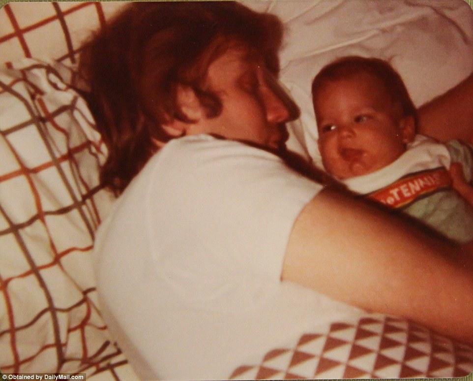 把拔看起来想睡觉了 但是宝宝看起来非常有精神呀