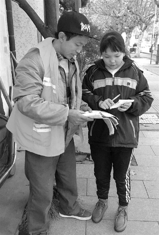 陈富康应用作业空隙教导女儿造作业。