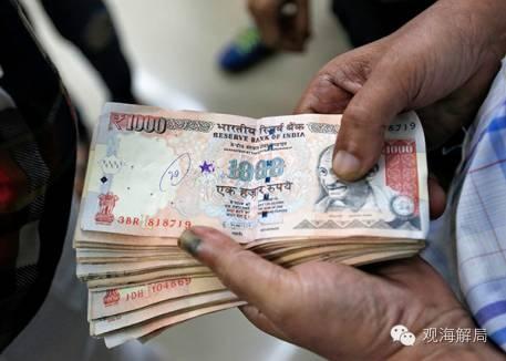 11月8日,印度民众拿着1000卢比面值的钞票
