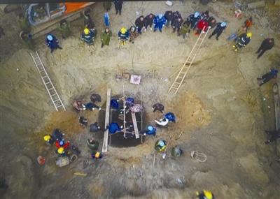 6岁男童坠井超80小时无踪迹 救援人员开始人力挖掘
