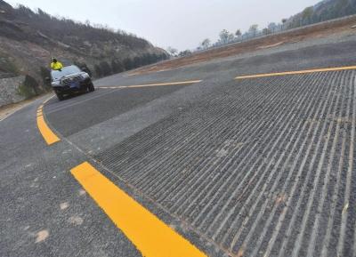 路面上有汽车通过期会收回《歌颂故国》的乐曲声。京华时报记者陶冉摄