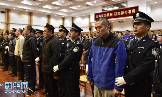 """记者从天津市高级人民法院了解到,11月7日至9日,天津港""""8·12""""特大火灾爆炸事故所涉27件刑事案件一审分别由天津市第二中级人民法院和9家基层法院公开开庭进行了审理,并于9日对上述案件涉及的被告单位及24名直接责任人员和25名相关职务犯罪被告人进行了公开宣判。图为11月9日,瑞海公司董事长于学伟(右二)等直接责任人员在法庭受审。 (来自:新华网)"""