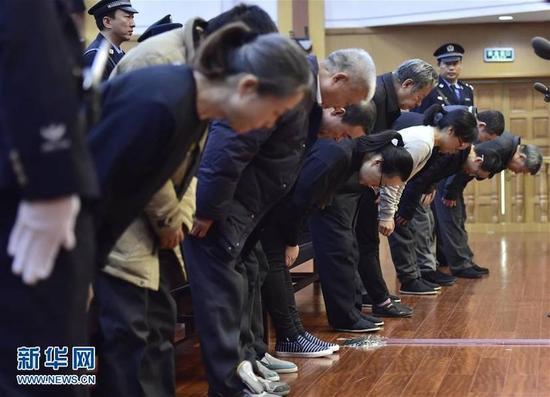 图为11月9日,天津中滨海盛卫生安全评价监测有限公司11名直接责任人员在法庭上鞠躬谢罪。新华社记者岳月伟摄 (来自:新华网)
