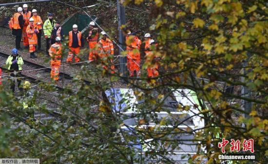 当地时间11月9日晨,伦敦南部Croydon附近发生轻轨电车翻车事故,造成人员伤亡。暂无中国公民伤亡报告。