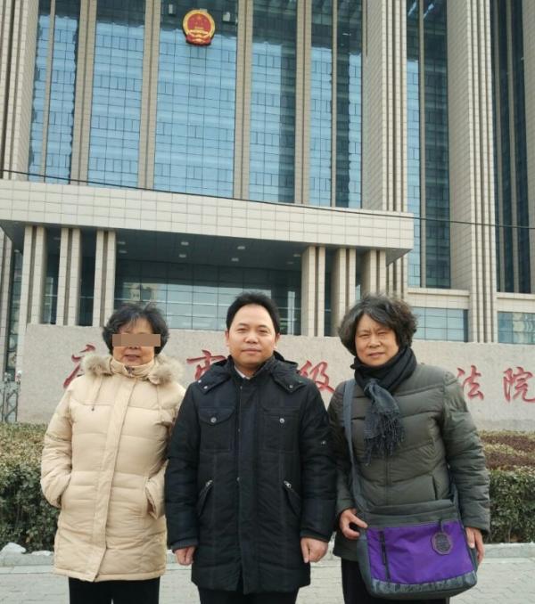 2016年初,最后一次庭审期间,陈春薷(右)和大姐陈春华、律师徐昕在唐山中院门前合影。 受访者供图