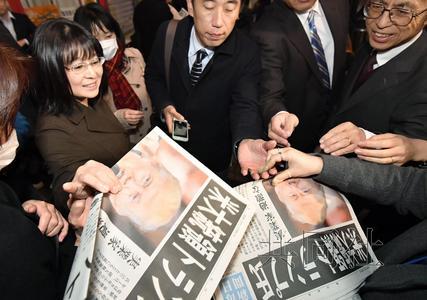 11月9日,日本大众在陌头争相支付特朗普中选美国总统的号外。(来历:日本一起社)