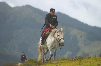 一位巡山的民警。